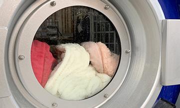 毛布の中の汚れまで溶かし出す温水でつけこみ洗い